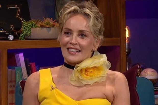 Шэрон Стоун в ярком желтом платье посетила телешоу