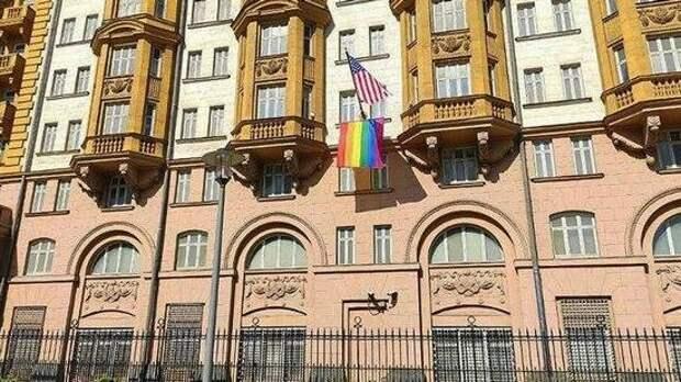 Посольство США в Москве вывесило флаг ЛГБТ, в рунете посмеялись – «мы и так знали, кто там находится