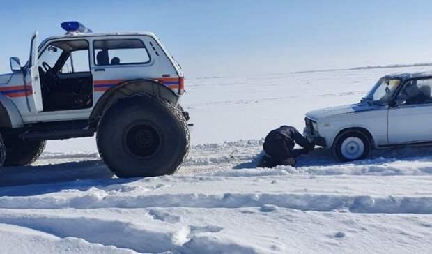В попытке скрыться от Рыбнадзора нарушители застряли в снегу на Ирикле