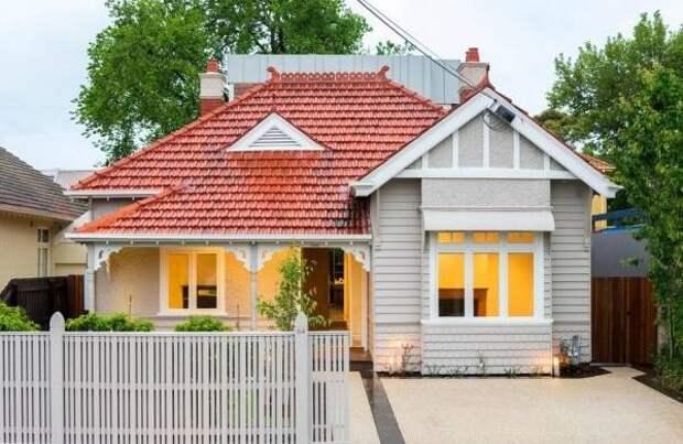 Современный фасад частного дома белого цвета с красной крышей