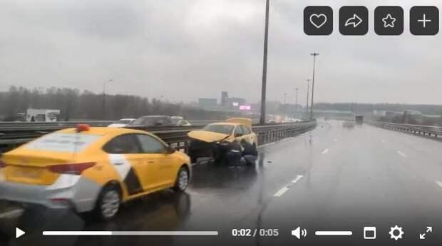 В результате аварии на Международном шоссе развернуло такси