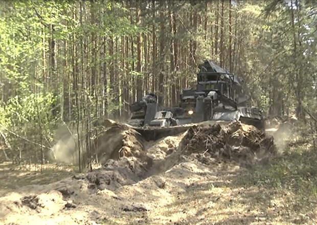 Курсанты и специальная тяжелая техника ТВВИКУ продолжают оказывать помощь в недопущение распространения лесных пожаров в Тюменской области