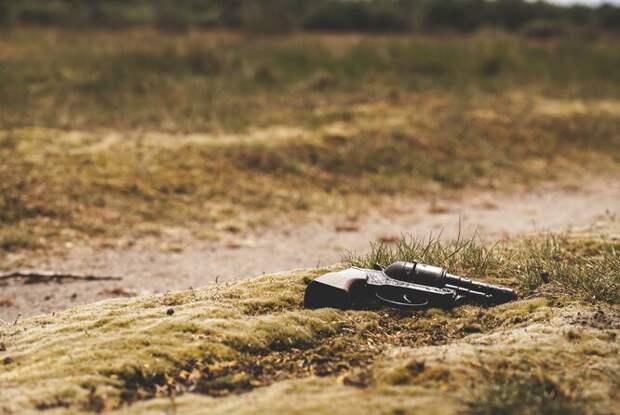 Револьвер на земле