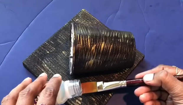 Незаурядное настенное кашпо для цветов из подручного материала