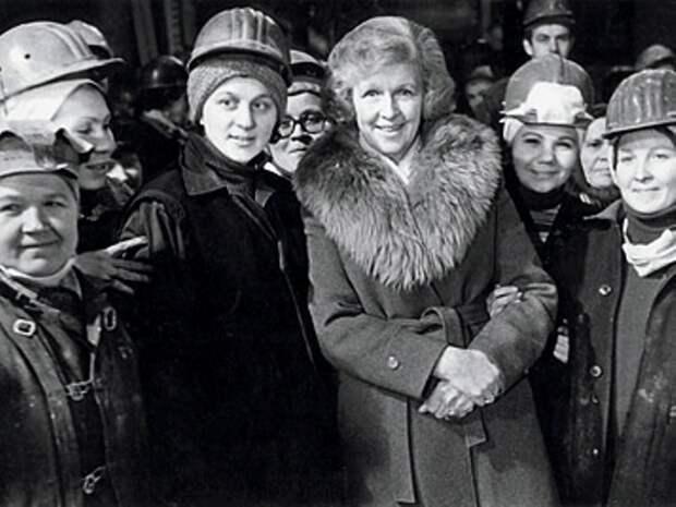 Леонтьева с женщинами-шахтерами на съемках передачи *От всей души* | Фото: photo.qip.ru