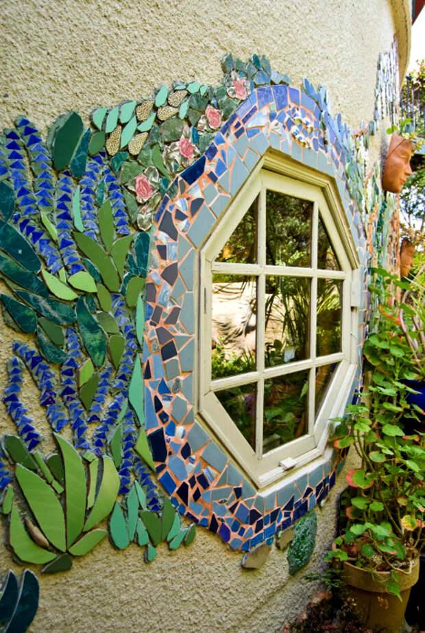 Мозаичные узоры на фасаде.   Фото: Grow & Resist - WordPress.com.