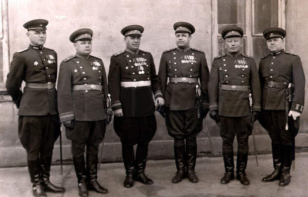 Для чего на брюках советских офицеров были нужны странные «расширения» на бедрах