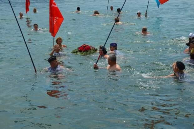 В Севастополе на воду спустили траурный венок