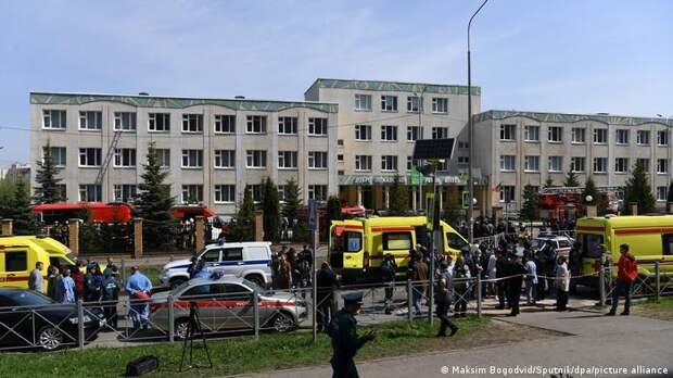 Автомобили полиции и скорой помощи у казанской гимназии №175
