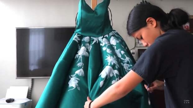 Девушка  сделала себе платье на выпускной