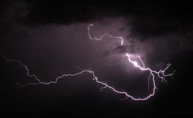 Молния пропала в НЛО: редкое явление удалось запечатлеть над Корсикой