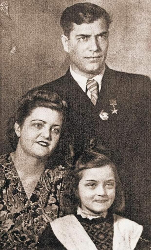 Жанна Болотова в детстве с родителями
