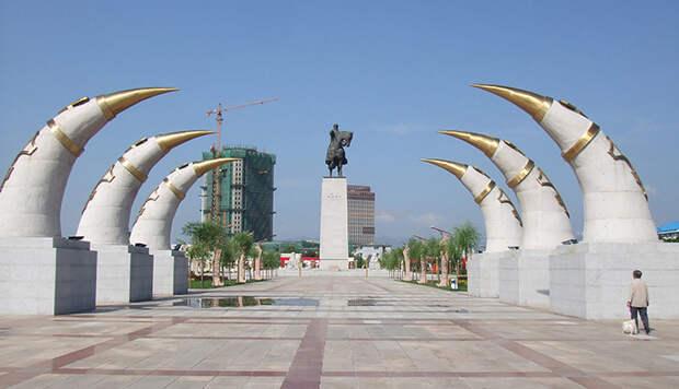 Статуя Чингисхана в Хух-Хото.