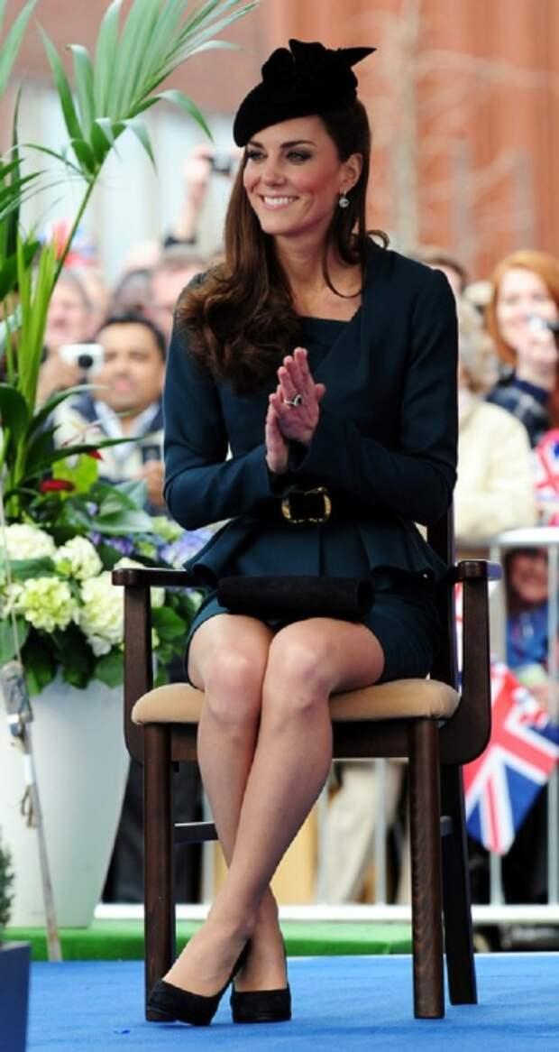 Королевская особа обязана надевать чулки телесного цвета. / Фото: zimbio.com