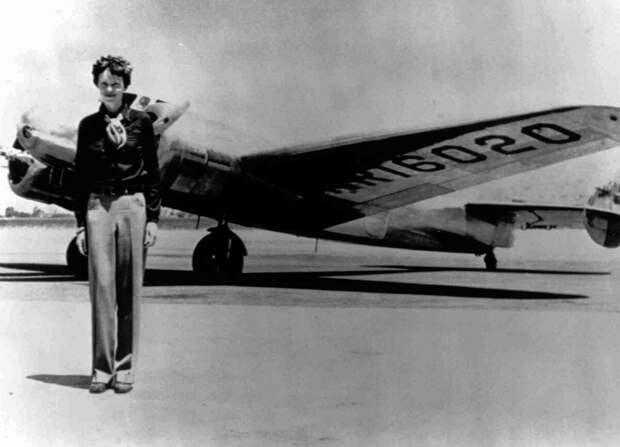 Амелия стоит рядом с Lockheed Electra 10E перед её последним рейсом в 1937 году.  Фото: © AP Photo
