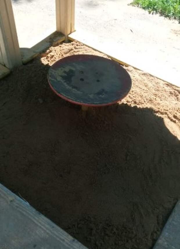 Песка хватит на всех: «Жилищник» пополнил запасы песочницы на Планетной