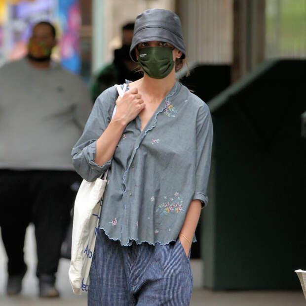 Что мы будем носить летом: Кэти Холмс показывает главный аксессуар сезона