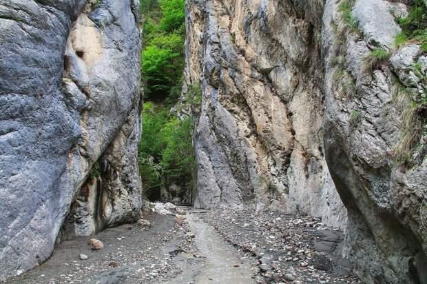15 туристов заблокировало в дагестанских горах, а одного из них унес поток воды