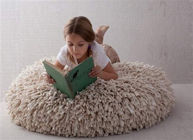 Уютные и пушистые коврики, пуфы и подушки из старых трикотажных футболок