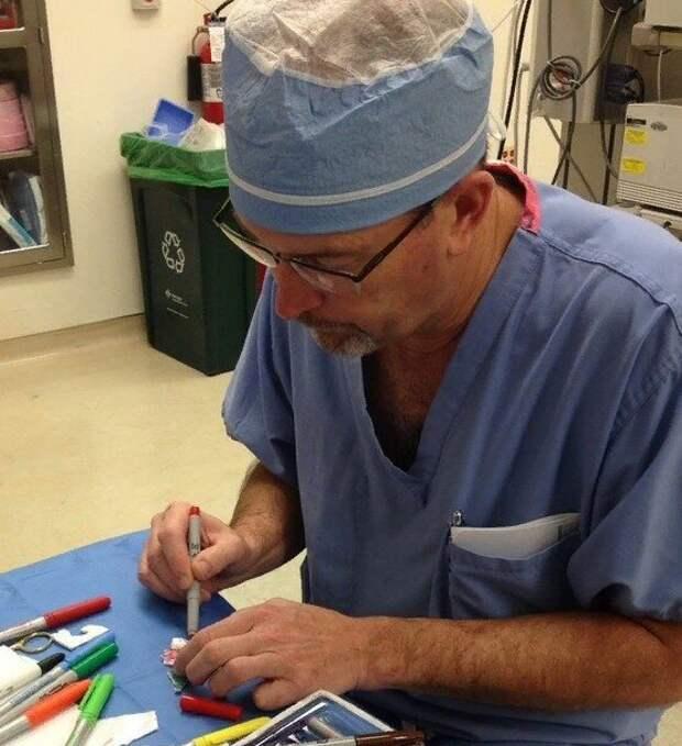 Хирург превращает детские шрамы в героев мультфильмов, чтобы помочь им забыть о боли