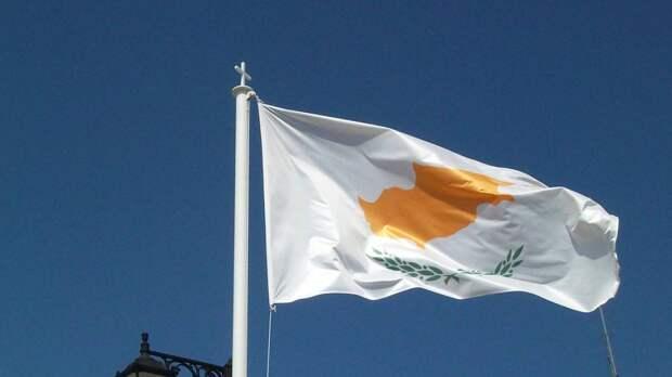 Власти Кипра приравняли привитых одной дозой людей к невакцинированным