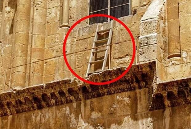 Символ раздора или примирения: Почему «Недвижимая лестница» в Храме гроба Господня веками стоит на одном и том же месте