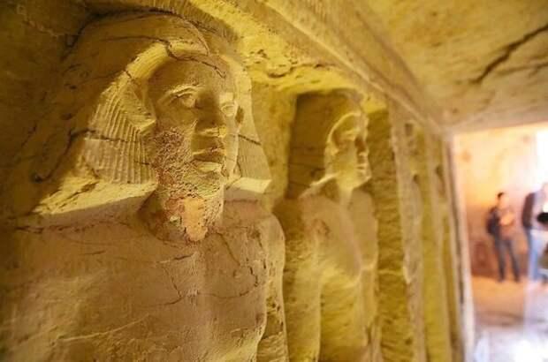 Статуи внутри гробницы/фото: Халед Десуки / AFP