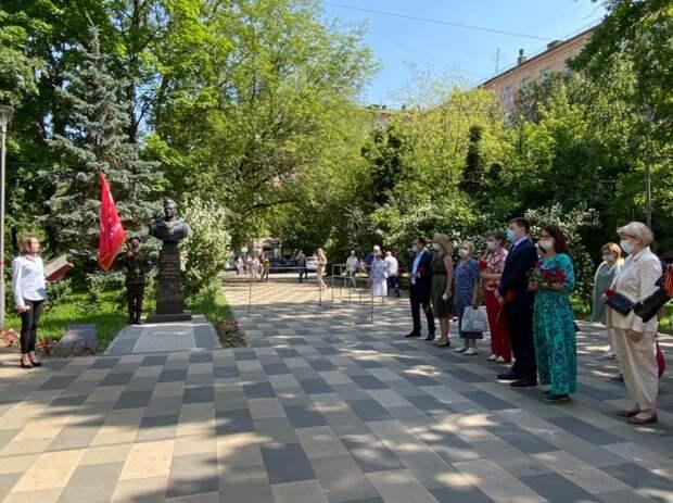 В День памяти и скорби в районе Аэропорт возложили цветы к памятнику Ивана Черняховского