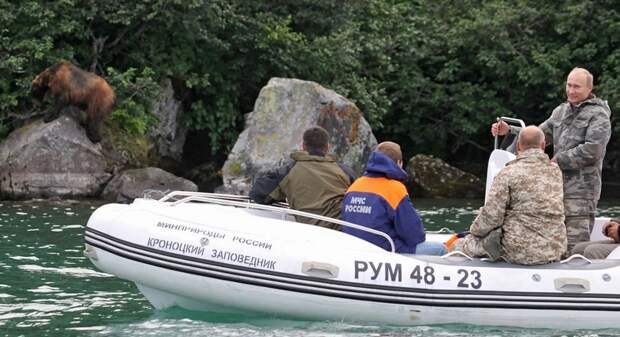 Путин ведет лодку по реке в Камчатском заповеднике рядом с Петропавловском Камчатским, Дальний Восток, Россия, 24 августа 2010.