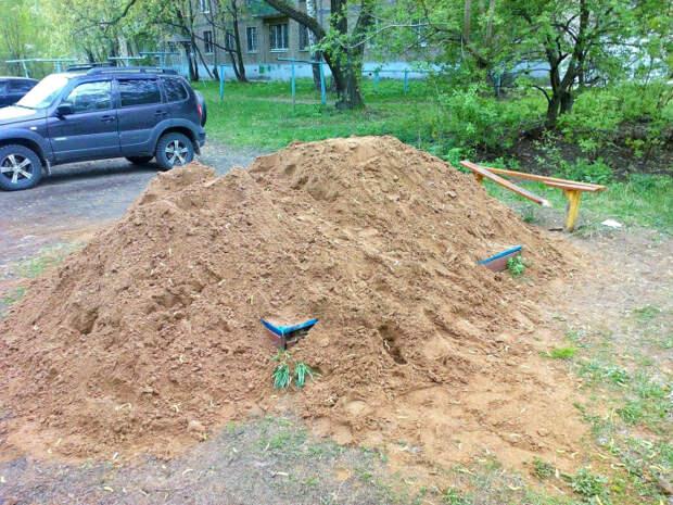 Игра: откопай лавку и борты песочницы.