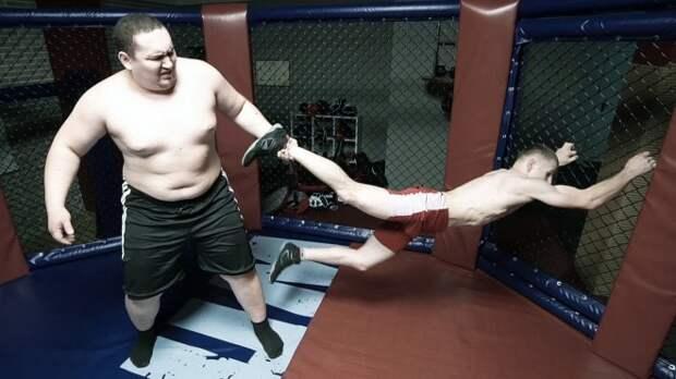 Гигант 160 кг против бойца 60 кг: грубая сила против ловкости