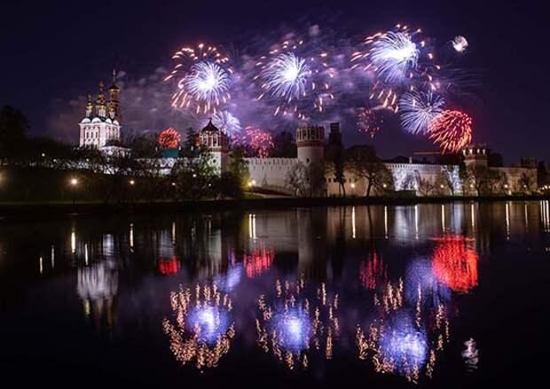 Вечернее небо Москвы озарило свыше 12 тыс. фейерверочных изделий в честь День Победы в Великой Отечественной войне
