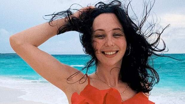 Туктамышева сфотографировалась в красном платье на пляже. Фанаты предложили сшить такое на олимпийский сезон