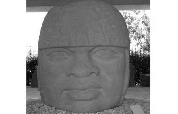 Каменная голова в музее Museo Comunitario de San Lorenzo Tenochtitlan