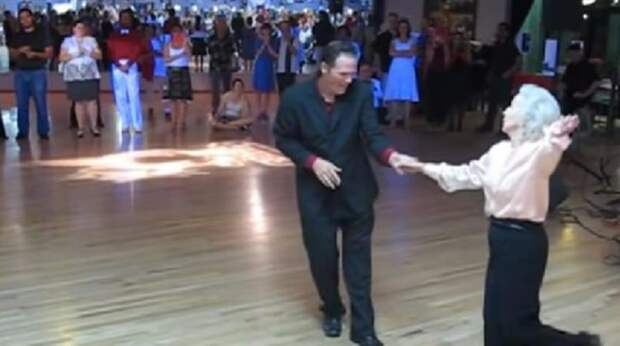 90-летняя бабушка ошеломила публику своим зажигательным танцем