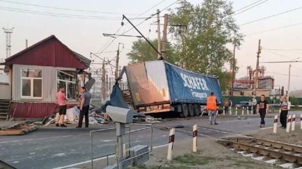 Пьяный водитель фуры протаранил железнодорожный переезд натрассе Екатеринбург-Тюмень