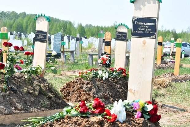 К мемориалу у казанской школы №175 и на похороны учеников отнесли все гвоздики города