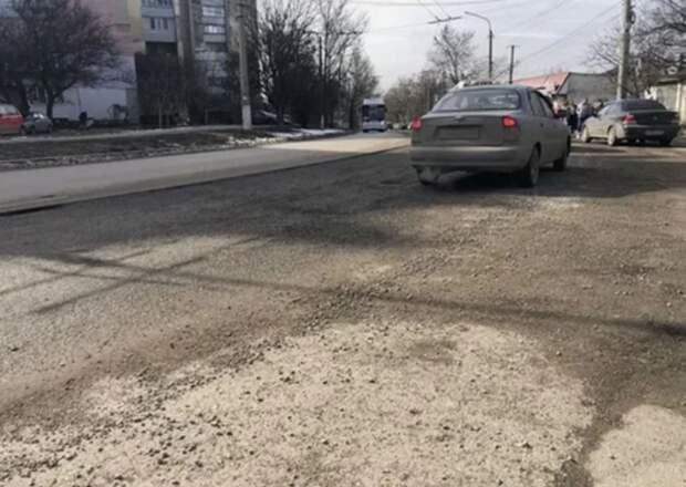 На одной из улиц Симферополя провалился асфальт после морозов