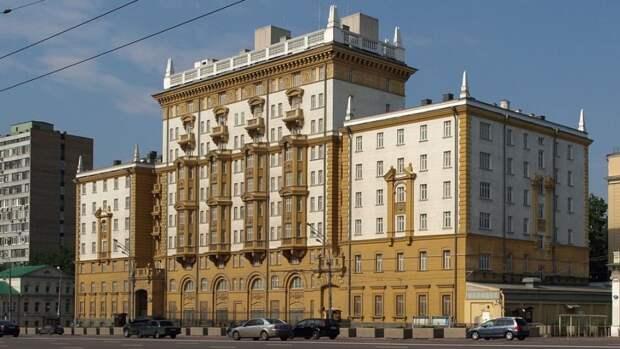 Посольству США в Москве могут временно разрешить прием сотрудников на работу