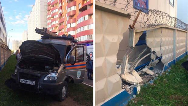Машина МЧС сбила людей и протаранила забор в Балашихе