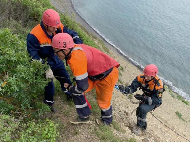 В Анапе спасатели эвакуировали со склона горы рабочего из Удмуртии