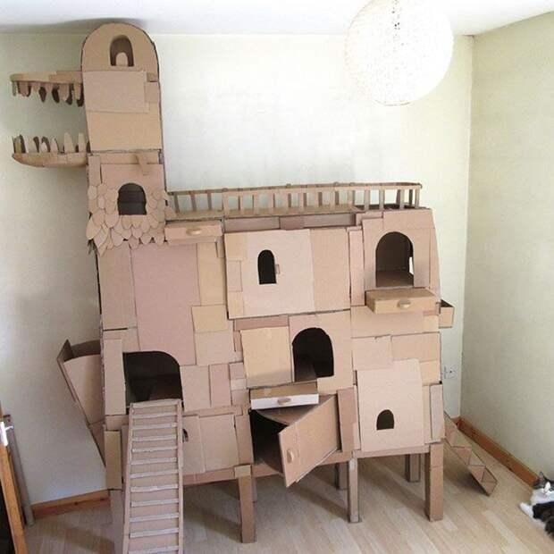 Картонный замок и дракон для кота