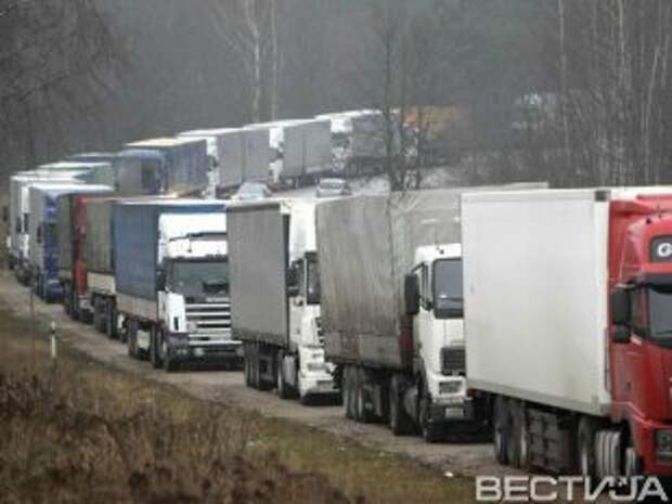 На границе с РФ образовалась огромная очередь из фур