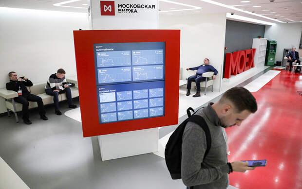 Московская биржа смягчила правила покупки валюты для физлиц: заставит ли это банки поменять свои правила