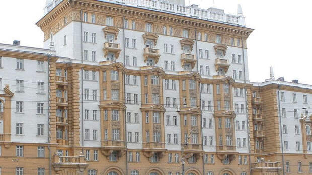 Посольство США в Москве временно возобновит услуги