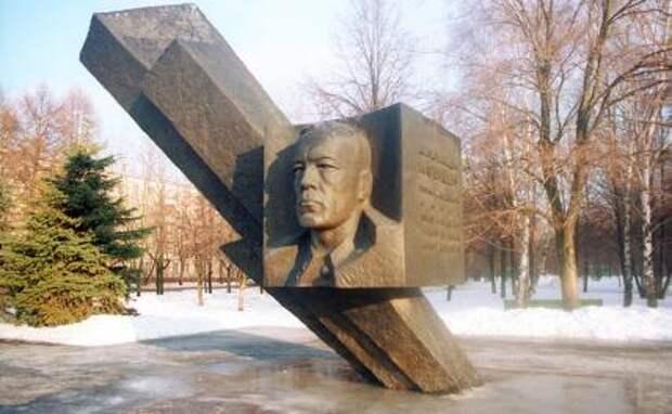 На фото: памятник генерал-лейтенанту Дмитрию Карбышеву, геройски погибшему в годы Великой Отечественной войны.