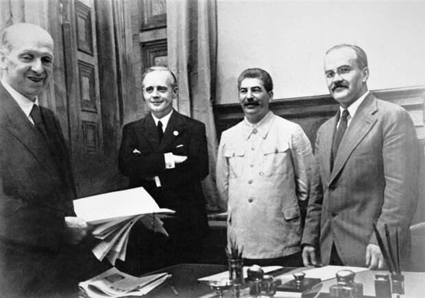 На заключении советско-германского договора о ненападении