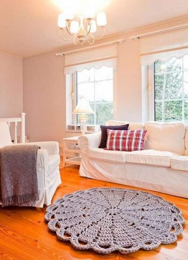 Уютный и оригинальный интерьер с помощью вязаных ковриков