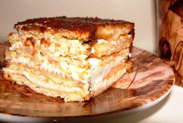 Творожный торт без выпечки с бананами.
