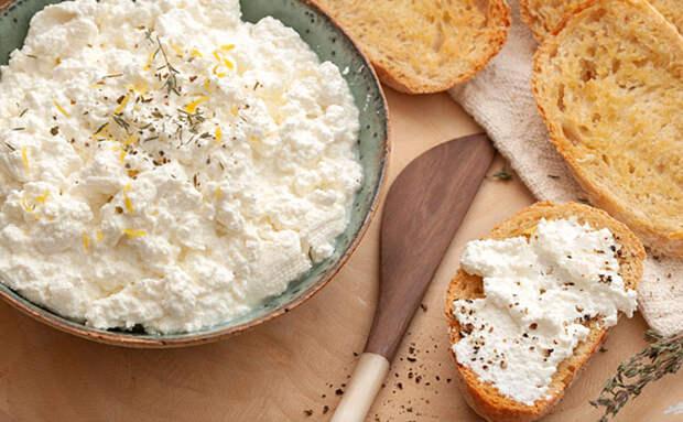Делаем сыр рикотту на замену маслу: с вечера готовим из молока и ряженки, а к завтраку уже можно есть